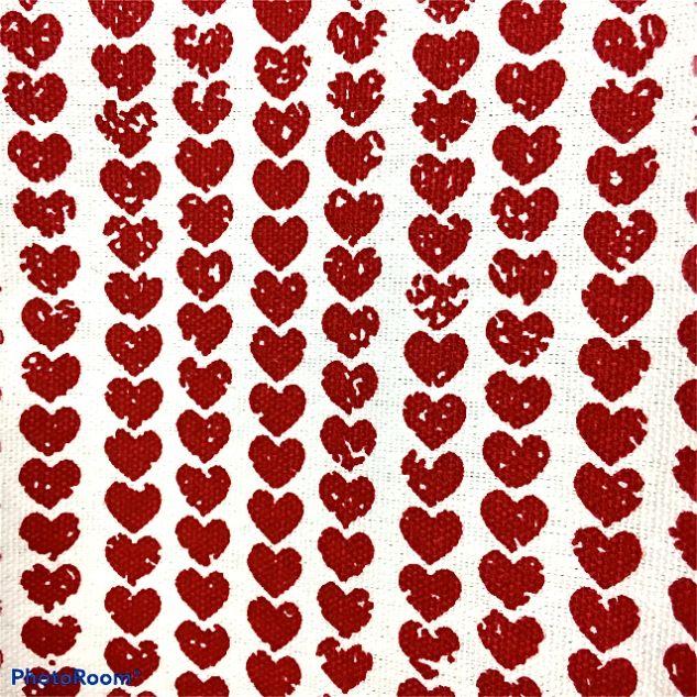 Julhjärtan en härlig färdigsydd julkappa. Färg: Offwhite/natur med tryckta röda hjärtan.