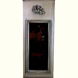 Spegel med i antik stil med änglar som ornament. Färg: Antikgrå med lite grönt i.