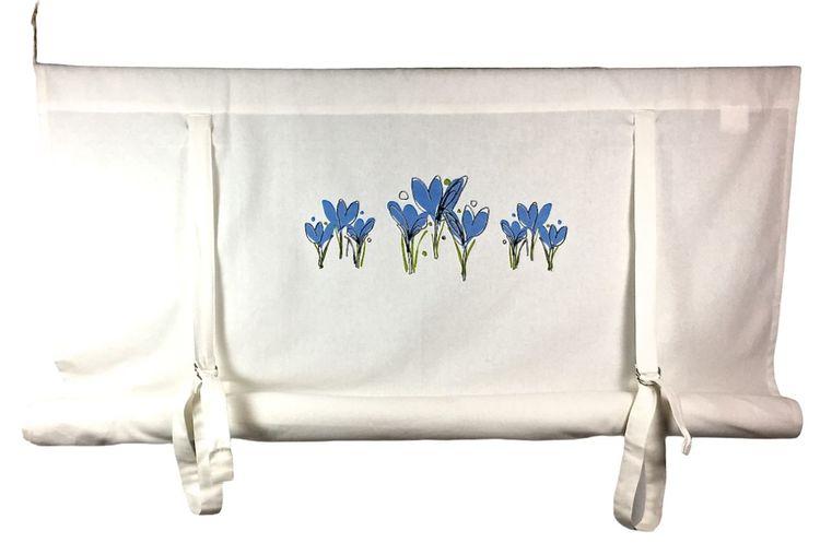 REA! Knythissgardin bredd 100 cm. Färg: Vit med blå blommor. Material: 100% bomull.