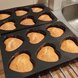 Bakform till 6 st hjärtformade muffins från Modern house. Färg: Svart.