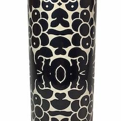 Cylinderkruka i ett blommönster. Färg: Svart och mullvad.