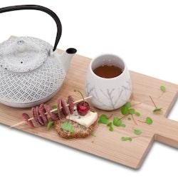 Björk en stilren kaffe/temugg från Modern house. Färg: Vit med en elegant kvistdekor i modern stil.
