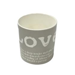 Love en kaffe/temugg i New bone China. Färg: Vit med ett grått tryck.