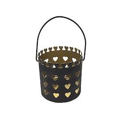 Ljuslykta i metall med ett hjärtmönster, storlek liten. Färg: Mattsvart utsida och guldfärgad insida.