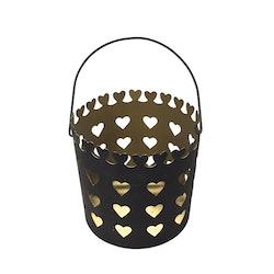 Ljuslykta i metall med ett hjärtmönster, storlek stor. Färg: Mattsvart utsida och guldfärgad insida.