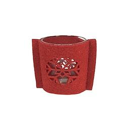 Ljuslykta med en filtomslag. Färg: Lykta i glas med en röd filt med en utstansad snöstjärna.