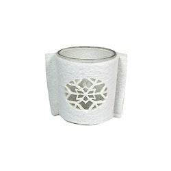 Ljuslykta med en filtomslag. Färg: Lykta i glas med en vit filt med en utstansad snöstjärna.