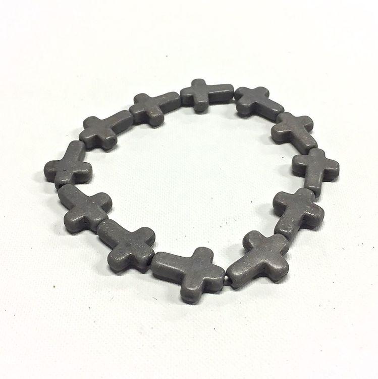 Armband med kors i polystone med elastiskt band. Art.nr: H 02002. Färg: Grå.