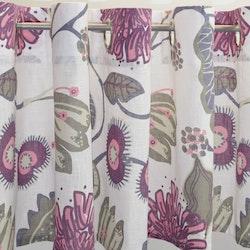 Julia 1 en färdigsydd gardinkappa på metervara med öljetter. Färg: Vit med ett tryck i rosa, lila, grått och beige.