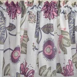 Julia 1 en färdigsydd gardinkappa på metervara med kanal. Färg: Vit med ett tryck i rosa, lila, grått och beige.