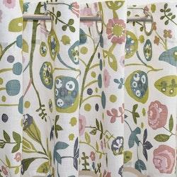 Julia 5 en färdigsydd gardinkappa på metervara med öljetter. Färg: Vit med ett tryck i rosa, grönt och blått.