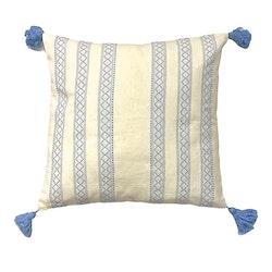 Kuddfodral Vimmerby. Mått 45 x 45 cm. Färg: Vit och blå.