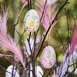 Paulinas påskägg i ett sexpack från Cult design att dekorera påskriset med. Färg: Vita och lila påskägg med ett blommönster.