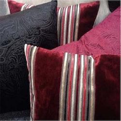 Parma ett kuddfodral i sammet från Jakobsdals. Färg: Rött med röda, beiga och bruna ränder.
