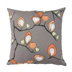 Kuddfodral i bomull, art.nr 890927-03. Färg: Grått, orange, svart och grönt i mönstret.