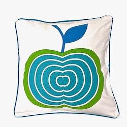 Äpplet ett kuddfodral i bomull, art.nr 891089. Färg: Vitt med ett blått och grönt äpple och en blå baksida.