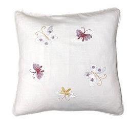 Butterfly ett kuddfodral i bomull med broderade fjärilar. Färg: Vitt med broderade fjärilar i vitt, rosa och gult.
