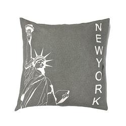 Kuddfodral New York 2. Mått 45 x 45 cm. Färg: Grått och vitt.