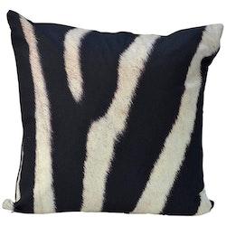 Sebra är ett kuddfodral med ett härligt mönster, art.nr 21545-0. Färg: Svart och vitt.