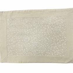 Tablett i linne, viscose och polyester.. Färg: Linnefärgad med vita blomslingor.