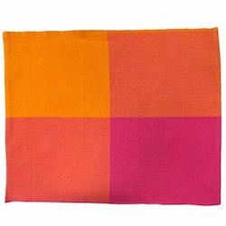 Tablett i bomull från Noble house. Färg: Rosa och oranga fält.