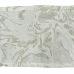 Marble en tablett i bomull. Färg: Vit med ett marmorerat grått mönster.