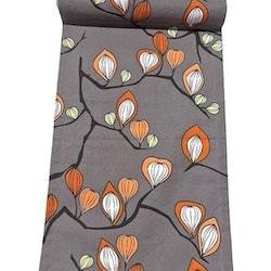 Löpare i bomull. Färg: Grå med en blomslinga i svart, vitt och orange.