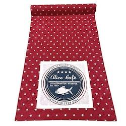 Alice en löpare i bomull. Färg: Röd med vita stjärnor.