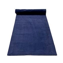 Löpare i en smalspårig manchester. Färg: Mörkblå.