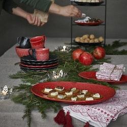 Orient servera L tranbärsröd ett serveringsfat från Cult design. Färg: Tranbärsröd.
