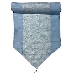 Löpare i orientalisk stil i blanka textilier. Färg: Ljusblå.