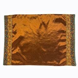 Tablett i orientalisk stil i blanka textilier. Färg: Rost och multifärgad.