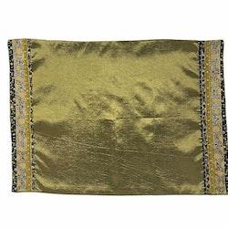 Tablett i orientalisk stil i blanka textilier. Färg: Grön och multifärgad.