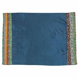 Tablett i orientalisk stil i blanka textilier. Färg: Blå och multifärgad.