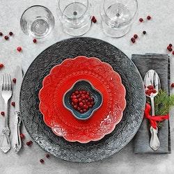 Orient assiett tranbärsröd från Cult design. Färg: Tranbärsröd. Röd. Material stengods.