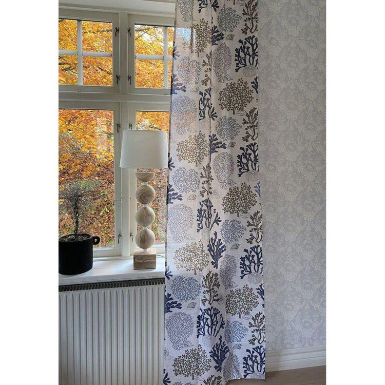 Edla ett gardinset i ¨halvbredd¨med dolda hällor, Art.nr 8091-15-008. Färg: Vit med ett mönster i blått, svart och beige.