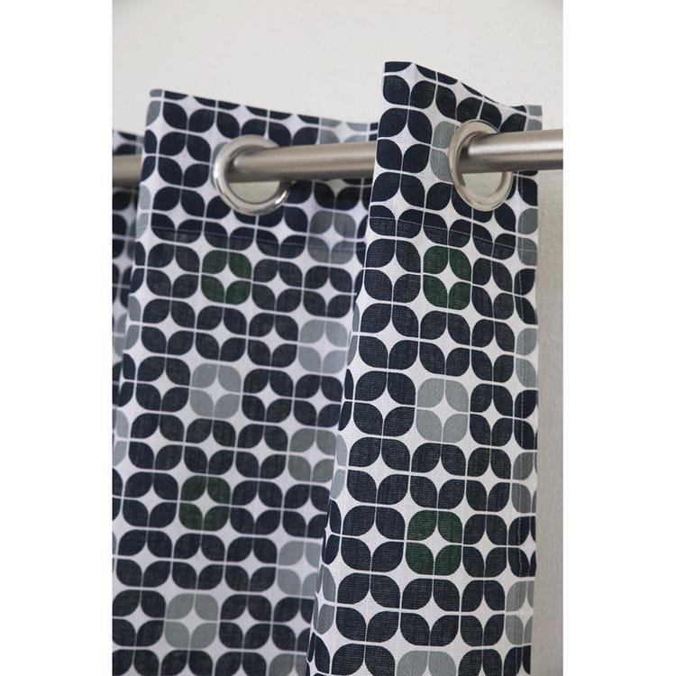 Nokia en färdigsydd gardinkappa med öljetter. Art.nr: 8880-57-088. Färg: Vit med ett blått, grått och grönt mönster.