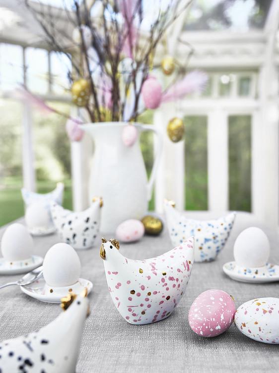 Stänk ägg i ett sexpack från Cult design att dekorera påskriset med. Färg: Rosa och vita stänkmålade ägg.