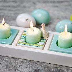 Change ägghöna är en ljusmanchett till Changeserien från Cult design. Färg: Vit med rosa, gröna och turkost målade dekorationer.
