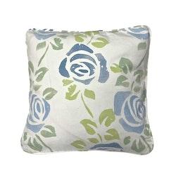 Blå rosor ett kuddfodral i bomull. Färg: Vitt med ett tryck i blått och grönt.