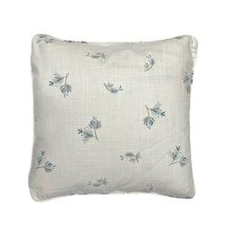 Blomknopp ett kuddfodral i bomull. Färg: Vitt med ett tryck i blå och grå blommor.