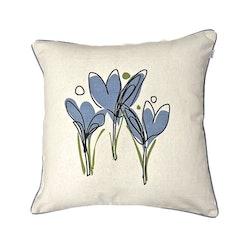Krokus ett kuddfodral i bomull. Färg: Vitt med ett tryck med blå blommor och gröna blad.