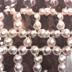 890063-02 ett kuddfodral i sammet med ett pärlmönster. Färg: Gråsvart botten med ett digitaltryck.