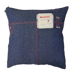 5912 ett kuddfodral i jeanstyg med en röd baksida. Färg: Jeansblått med en röd baksida.