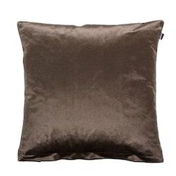 Milano ett kuddfodral i sammet, art.nr: N897356-73. Färg: Mörkbrun.