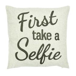 Selfie ett kuddfodral i polyester och linne. Färg: Linne med en text i grå brodyr.