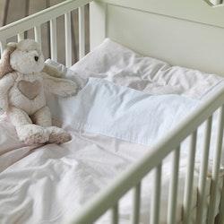 Pauline ett barnbäddset till spjälsäng från Gripsholm. Art.nr 900067-68. Färg: Mild rosa och vitt.