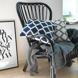 Adrian ett kuddfodral från Gripsholm. Färg: Marinblå och vit.
