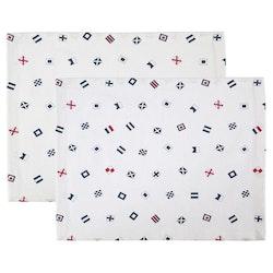 Signal ett 2 pack med bordstabletter med ett marint mönster från Gripsholm, art.nr 917373-10. Färg: Vit med ett marint mönster i blått och rött.