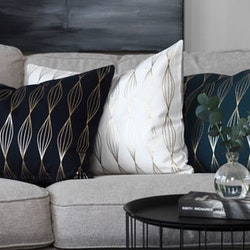 Vega ett kuddfodral från Gripsholm i en bomullskanvas. Färg: Mörkblå med ett guldmönster.